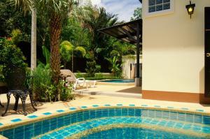 المسبح في Nattha Waree Hotsprings Resort and Spa أو بالجوار