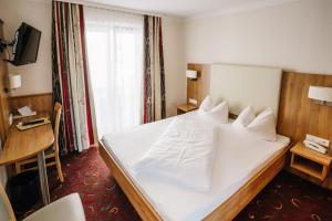 Ein Bett oder Betten in einem Zimmer der Unterkunft Hotel garni Fuchs