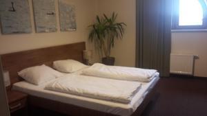 A bed or beds in a room at Karczma Dolina Pstrąga