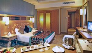 Een bed of bedden in een kamer bij Royal Holiday Palace