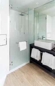 A bathroom at Star inn Lisbon Airport