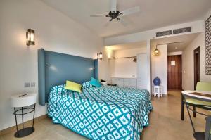 Een bed of bedden in een kamer bij db San Antonio Hotel + Spa All Inclusive