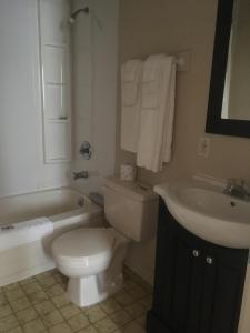 A bathroom at Fundy Spray Motel