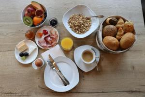 Breakfast options available to guests at Zur Alten Mühle