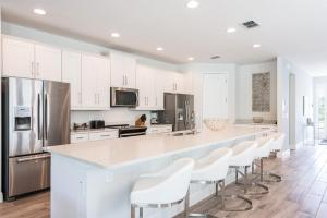A kitchen or kitchenette at Striking Home with Loft Area & Games near Disney - 7728F