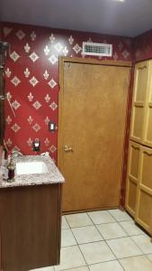 A bathroom at Chisolm Trails End B&B