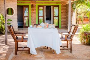 A restaurant or other place to eat at Villa del Mar Praia Hotel
