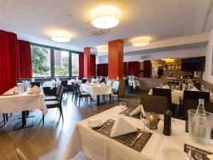 A restaurant or other place to eat at DORMERO Hotel Hannover