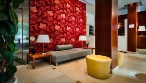 A seating area at Hotel dei Cavalieri Caserta - La Reggia