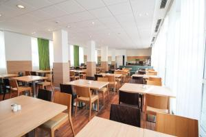 A restaurant or other place to eat at ibis Hotel Düsseldorf Hauptbahnhof