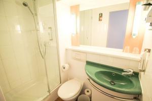 A bathroom at ibis Hotel Düsseldorf Hauptbahnhof