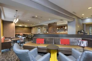 The lounge or bar area at SpringHill Suites Grand Rapids North