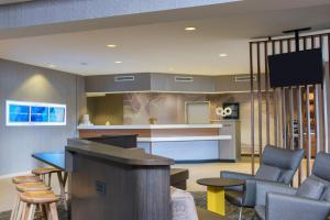 A kitchen or kitchenette at SpringHill Suites Grand Rapids North