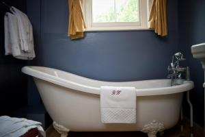 A bathroom at Ravenwood Hall Hotel