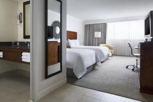 A bed or beds in a room at Los Angeles Marriott Burbank Airport