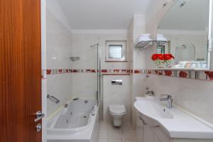 A bathroom at Villa Mediterana