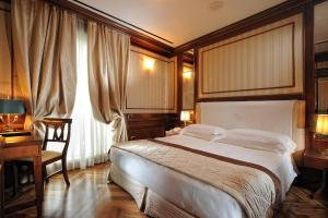 A bed or beds in a room at Hotel Manzoni