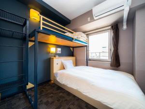 Двухъярусная кровать или двухъярусные кровати в номере Super Hotel Osaka Natural Hot Springs