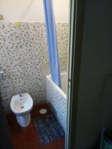A bathroom at Fermata Marconi