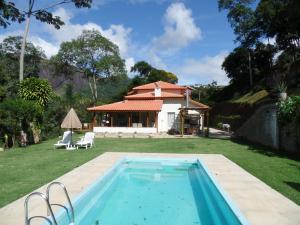 A piscina localizada em Estrela do Imbuí ou nos arredores