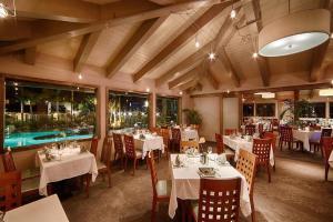 Ein Restaurant oder anderes Speiselokal in der Unterkunft Best Western PLUS Island Palms Hotel & Marina