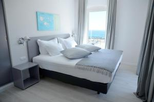 A bed or beds in a room at Hotel Mar Bravo