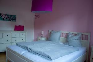 En eller flere senge i et værelse på Stadtflucht Lüneburg: Ferienwohnungen Innenstadt