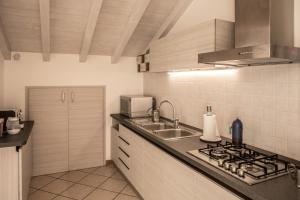 A kitchen or kitchenette at Casa Rosa