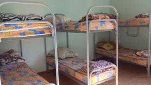 Двухъярусная кровать или двухъярусные кровати в номере Общежитие на Железнодорожной 17Б