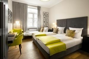 A bed or beds in a room at Hotel Hamburger Hof