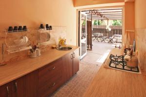Кухня или мини-кухня в Гостевой Дом Медовик