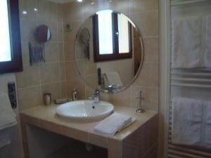 A bathroom at Chambres d'hôtes Les Palmiers de la Cité