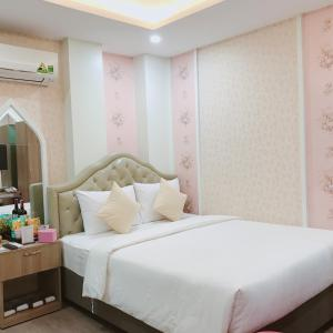 A bed or beds in a room at Cupid Hotel