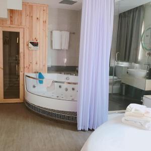 A bathroom at Cupid Hotel