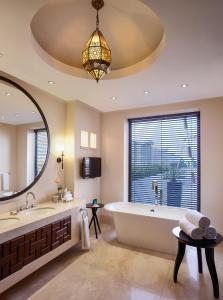 Ванная комната в Sofitel Bahrain Zallaq Thalassa Sea & Spa