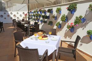 Un restaurante o sitio para comer en Hotel El Faro Marbella