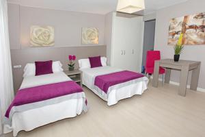 Cama o camas de una habitación en Hotel El Faro Marbella