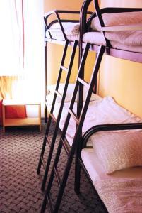 Двухъярусная кровать или двухъярусные кровати в номере Хостел Like Home