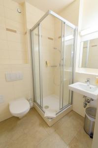 A bathroom at JUFA Hotel Graz