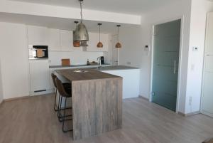 Een keuken of kitchenette bij Appartement aan Zee