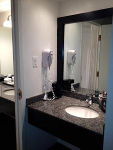 A bathroom at Travelodge Hotel by Wyndham Kingston Lasalle