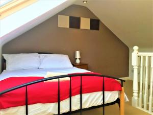 A bed or beds in a room at Fantastic House Close to Town Centre