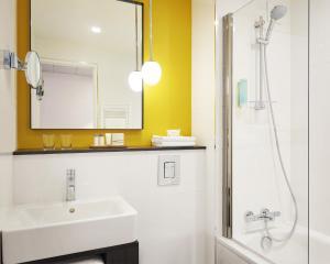 A bathroom at B&B Hôtel Paris 17 Batignolles