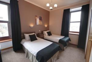 A bed or beds in a room at Waverley Hotel