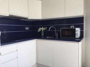 Una cocina o zona de cocina en Apartamentos Marjal 3