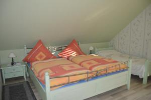 A bed or beds in a room at Gasthaus und Pension Mombergstube