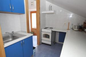 A kitchen or kitchenette at Apartments with a parking space Mocici, Dubrovnik - 9081