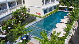 Ein Blick auf den Pool von der Unterkunft Little Beach Hoi An . A Boutique Hotel & Spa oder aus der Nähe