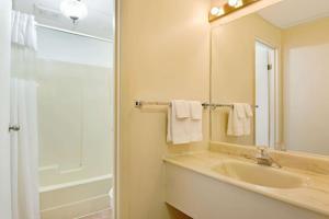 A bathroom at Knights Inn - Park Villa Motel, Midland