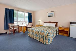 A bed or beds in a room at Knights Inn - Park Villa Motel, Midland